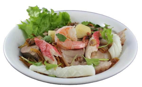 Hủ tíu đặc biệt (khô hoặc nước) – Seafood noodle bowl with seasoned pork roll