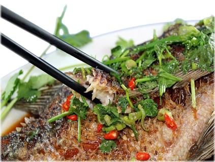 Cá chiên sốt me – Crispy fish with tamarind sauce